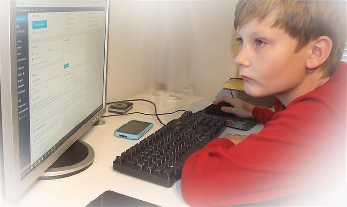 dreng-sidder-ved-computer-og-styrer-hjemmeside-i-loesning-fra-vores-it-afdeling-billig-og-hurtig-website-loesning
